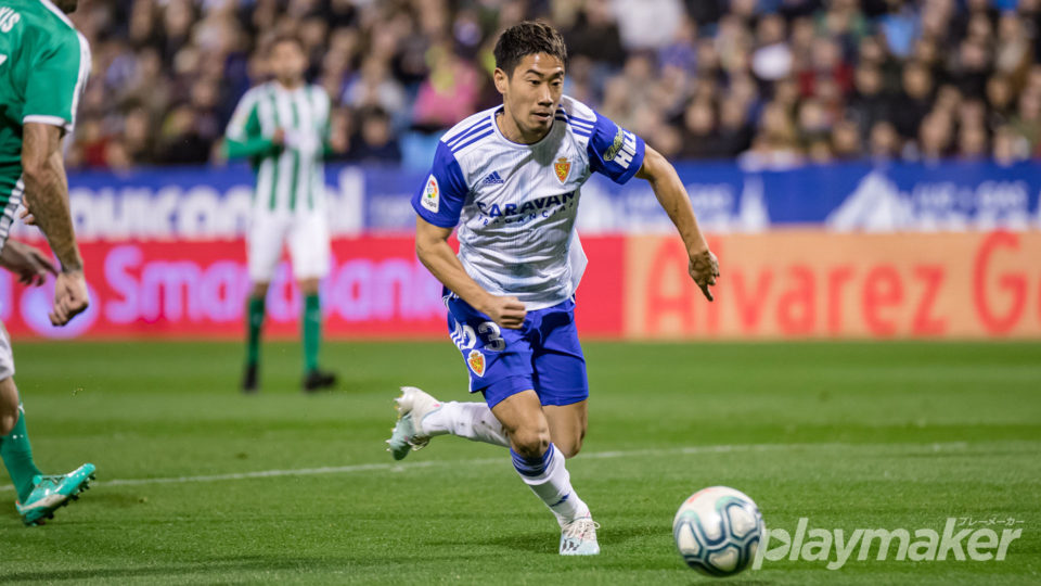 Shinji Kagawa dribbling the ball in LaLiga SmartBank match against Racing Club de Santander